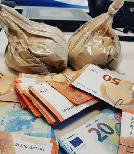 Mannen maken verkeersovertreding in Delfshaven, blijken 30.000 euro aan heroïne in auto te hebben