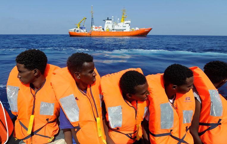 Sinds donderdagavond wacht de kustwacht voor het Italiaanse eiland op de toelating om de mensen aan boord te laten ontschepen. Beeld EPA
