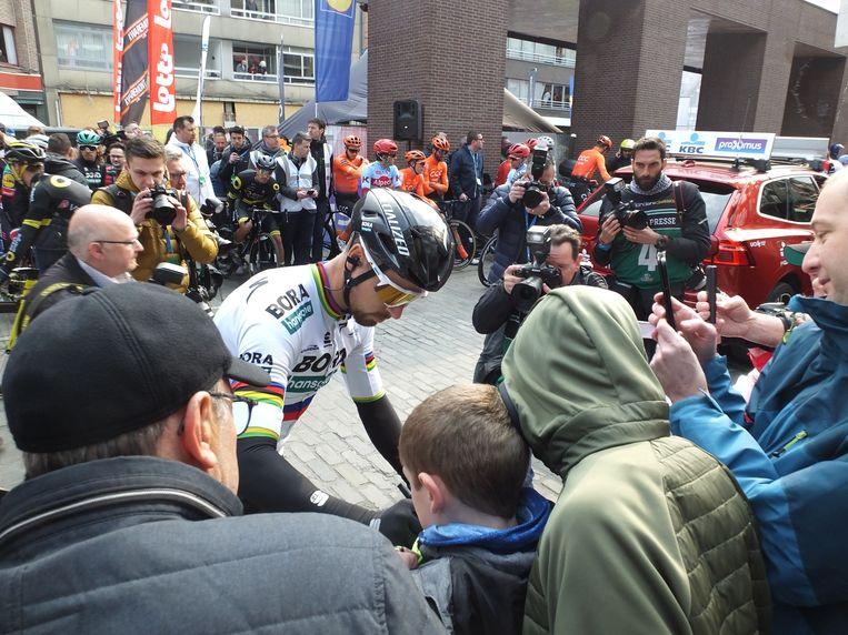 Peter Sagan, de winnaar van vorig jaar, deelt nog snel enkele handtekeningen uit voor de start.