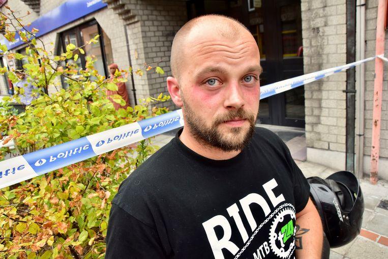 Vrijwillig brandweerman Loïc Renier, die toevallig in de buurt was, rende ook de woning binnen.