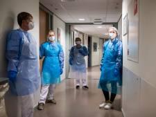 Het zware werk op corona-afdeling De Brink in Enschede: 'Ik maakte in zes weken meer dan twaalf overlijdens mee'