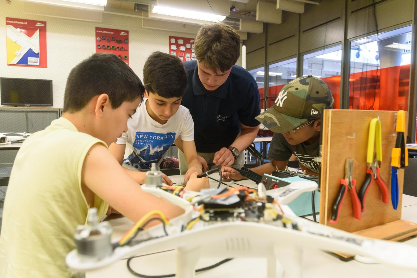 Kinderen van de weekendschool in Hengelo krijgen tekst en uitleg over drones. Vervolgens gaan ze daar zelf mee aan de slag.