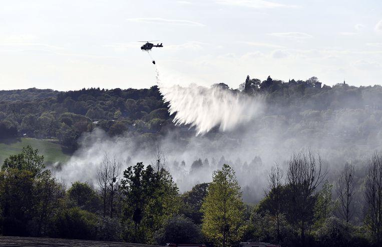 Er werd een helikopter ingezet om de brand te blussen. Beeld BELGA