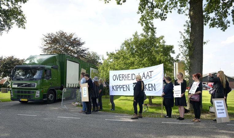 Protest bij een pluimveehouder in Witteveen die zijn met fipronil besmette kippen slacht. Beeld ANP