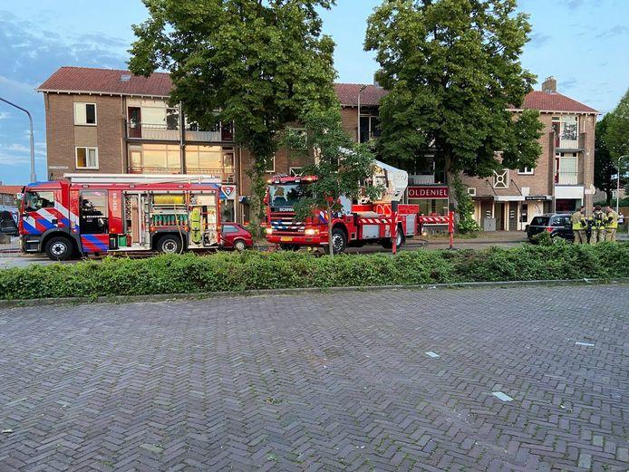 De brandweer is met meerdere voertuigen aanwezig.