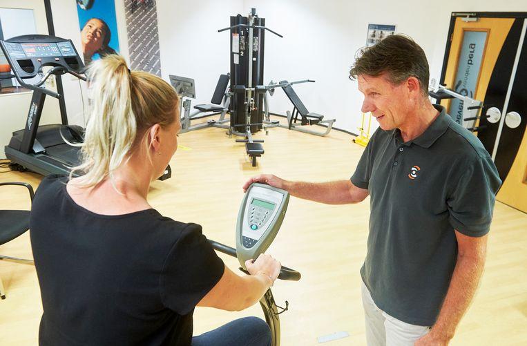 De Brabantse fysiotherapeut Mark van den Berg geeft hersteltherapie aan coronapatiënten. Beeld Van Assendelft Fotografie