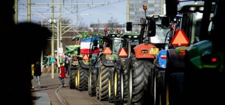 De trekkers van de protesterende boeren hebben bijna nooit een kenteken. Toch rijden ze op de openbare weg. Hoe zit dat?