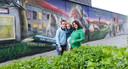 Buurtbewoonster en initiatiefneemster Tine Vanden Broucke, samen met dochter Lottine (4) en zoon Robbin (13), bij de muurschildering