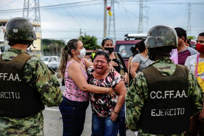 Een emotionele vrouw aan de gevangenis waar gevangenen werden gedood in Guayaquil, Ecuador