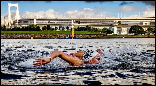 Sharon van Rouwendaal in het Japanse water op weg naar zilver.