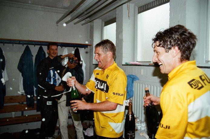 Feest na de gewonnen wedstrijd van NAC in de nacompetitie tegen FC Den Bosch en promotie naar de eredivisie. Rechts Ruud Brood.
