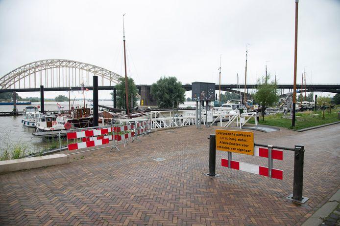 Uitzonderlijk hoogwater in de zomer in de Waal: afsluiting bij de Nijmeegse Waalkade voor autoverkeer.