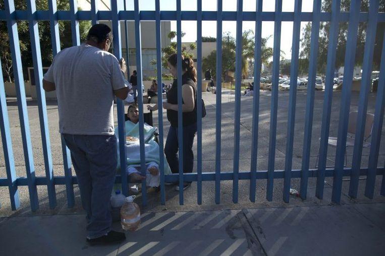 Patiënten uit het ziekenhuis in Tijuana zijn buiten geplaatst na de aardbeving. Beeld