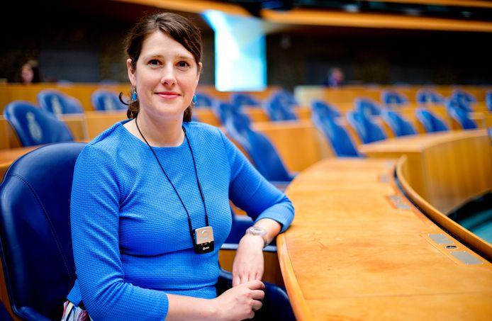 Van Eijs draagt een klein, zwart kastje om haar nek dat het geluid van de gesprekken in de Tweede Kamer versterkt.