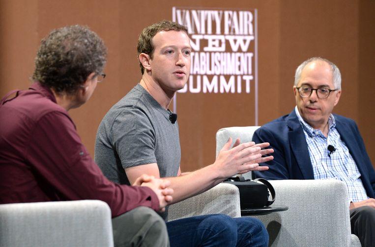 Facebook-topman Mark Zuckerberg en journalist Steven Levy (rechts) in gesprek op een evenement van Vanity Fair in San Francisco (2015).  Beeld Getty Images for Vanity Fair