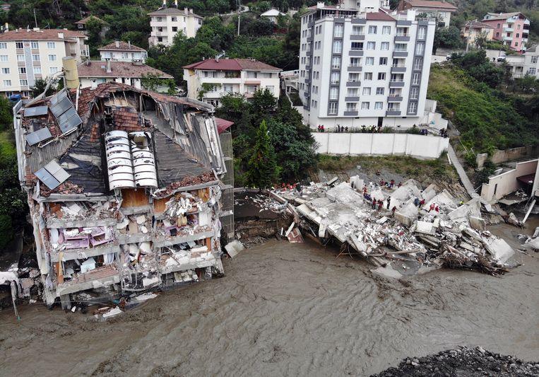Süleyman Soylu, minister van Binnenlandse Zaken, noemde de overstroming bij het rampgebied 'de ergste die hij ooit heeft gezien'. Beeld AP