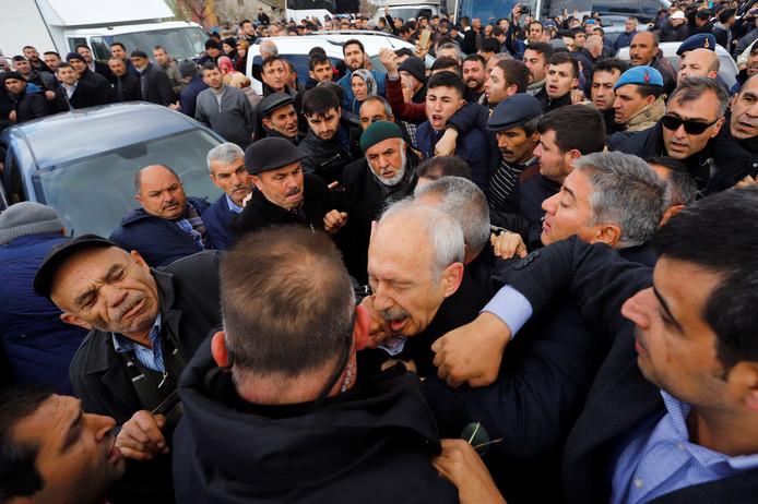 Kemal Kılıçdaroglu werd aangevallen tijdens de begrafenis van een omgekomen soldaat.