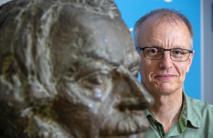 Rob Comans bij het borstbeeld van Winand Staring in het Atlasgebouw.