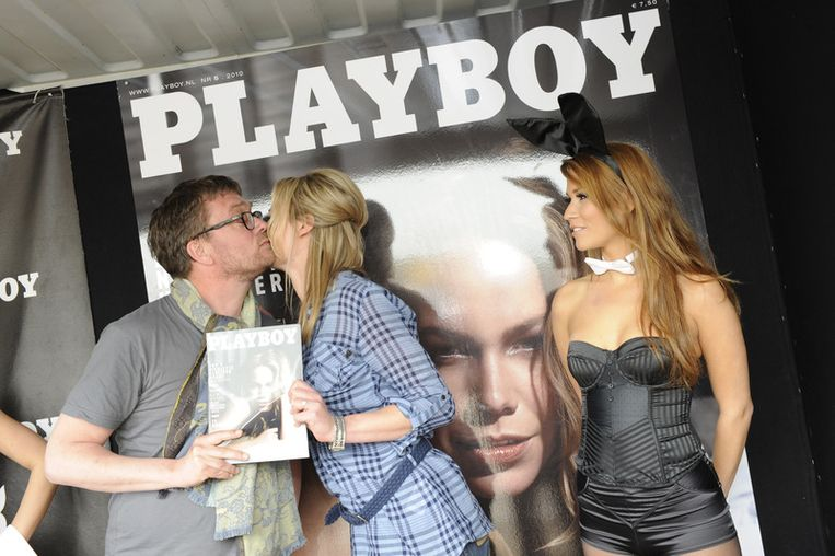 Nicolette Kluijver neemt het eerste exemplaar van 'haar' Playboy in ontvangst van hoofdredacteur Jan Heemskerk. Beeld null