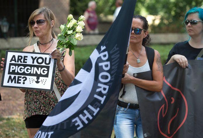 Beeld van de wake afgelopen zaterdag in Didam, voor de 2.500 varkens die omkwamen bij de stalbrand aan de Tatelaarweg.