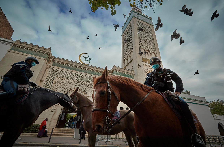 President Macron heeft de beveiliging tegen mogelijke aanslagen fors opgevoerd. Ook de bewaking bij de Grote Moskee in Parijs is verscherpt. Beeld Getty Images