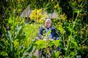 Tennekes, hier gefotografeerd in mei 2019 bij de Kaardebol in Zutphen: ,,We moeten voorzichtig met de aardbol omgaan. Want die voorziet ons van voedsel. Laten we de aarde dan niet overbelasten met gif om meer te produceren en meer geld te verdienen.''