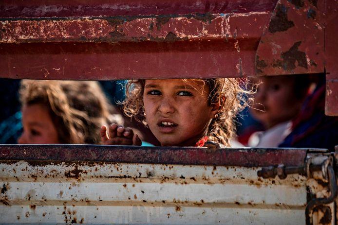 Een groep Syrische en Koerdische burgers, op de vlucht voor de Turkse opmars in Noord-Syrië.