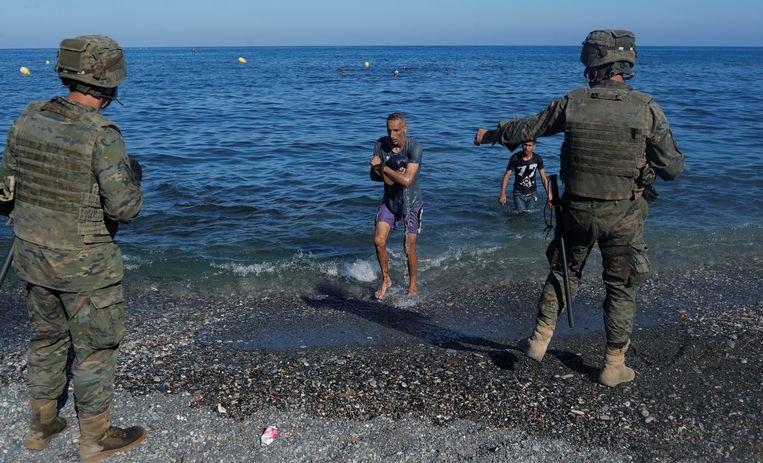 Marokkaanse migranten bereiken de kust van Ceuta.  Beeld REUTERS