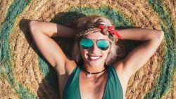 Helpt de zon echt tegen acné? Een dermatoloog legt uit wat er met je huid gebeurt in de zon