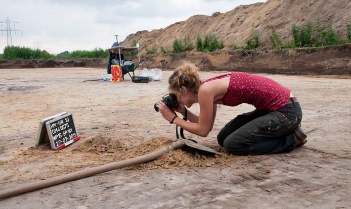 Archeologische bodemsporen worden door archeologen zorgvuldig uitgegraven en gedocumenteerd, voordat bouwputten worden uitgegraven. Opgraving Hazenwinkel bij Brandevoort.
