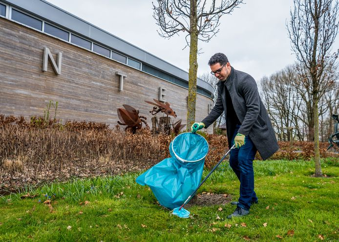 Marc Wilson ruimt alvast wat vuil op tijdens een opruimommetje.