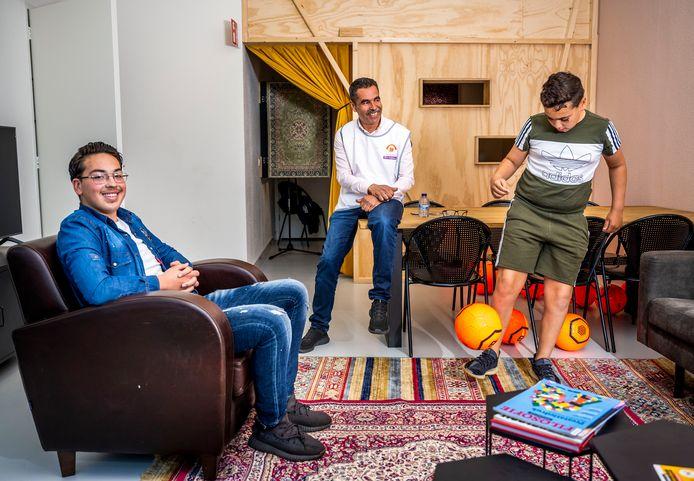 Jafaar (15), Ayoub (16) en buurtvader Mohammed zijn de bedenkers van de nieuwe 'jongerenhub' in Bloemhof.