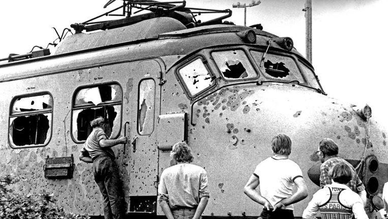 De met kogels doorzeefde trein waarin de kapers de dood vonden, bij spoorwegovergang De Punt, 1977. Beeld anp