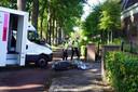 Schade aan de schooter en het vrachtwagentje na de aanrijding op de Bredaseweg in Tilburg.