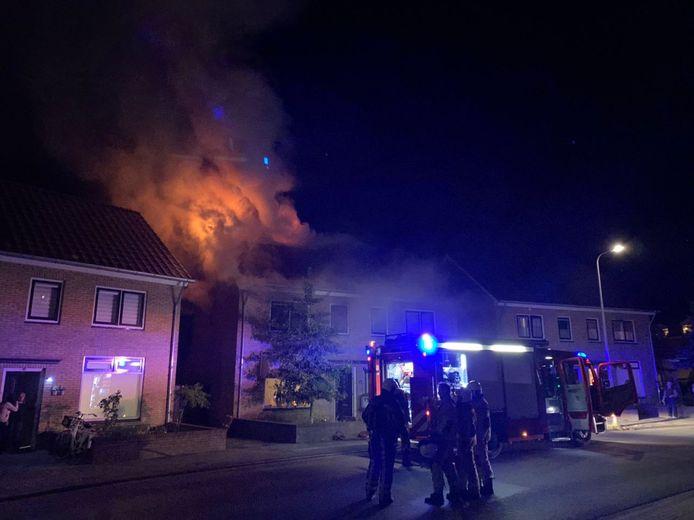 Aan de Tulpstraat in Oldenzaal woedt maandagavond een flinke woningbrand.