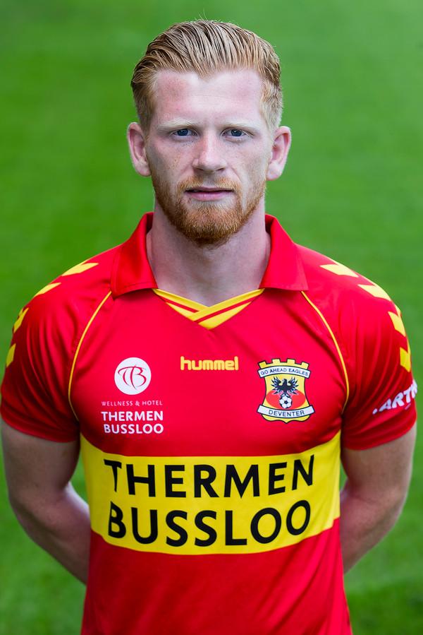 Richard van der Venne, middenvelder van Go Ahead Eagles, is vader geworden. Van een zoon, Kaj.