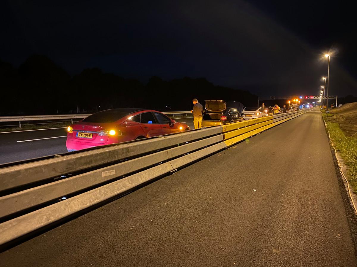 Op de A1 is een veredelde file met beschadigde auto's ontstaan.