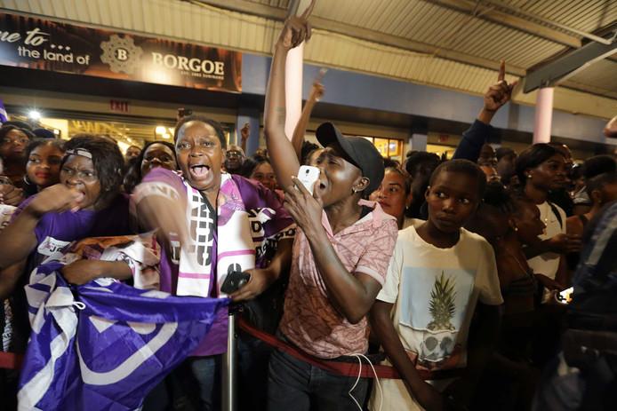 Aanhangers van de Nationaal Democratische Partij (NDP) verwelkomen de Surinaamse president Desi Bouterse op luchthaven Johan Adolf Pengel.