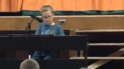 VIDEO: Niemand kan tranen bedwingen als Adam (10) John Lennon inzet tijdens talentenjacht op school