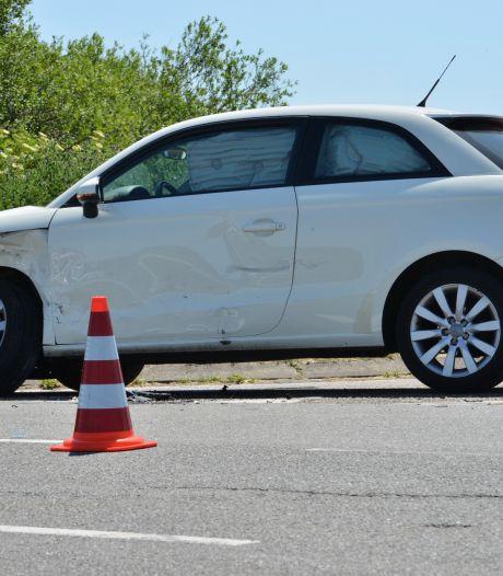 Bestuurder gewond na botsing met andere auto in Etten-Leur