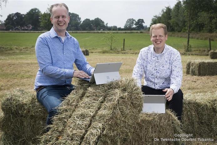 De broers Léon (links) en Arjan Lucas van het gelijknamige IT-bedrijf in het buitengeboed van Albergen voorspellen een revolutie. Steeds meer dienstverleners verhuizen naar het platteland waar zij goedkoop en supersnel via glasvezel kunnen werken.