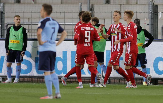 Nils Petersen (2de van rechts) is de gevierde man bij SC Freiburg na zijn goal tegen Borussia Mönchengladbach.