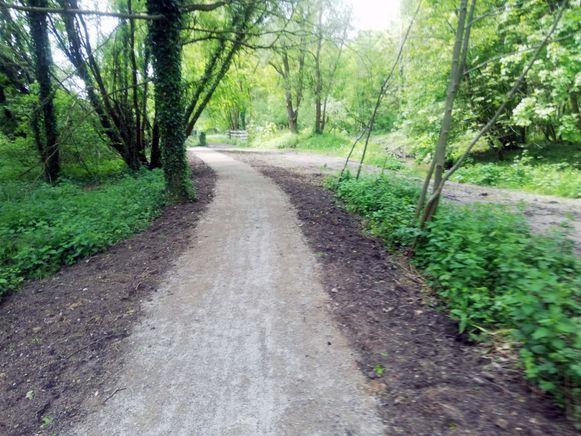 De gemeente legde 150 meter fiets- en wandelweg langs de IJse opnieuw aan.
