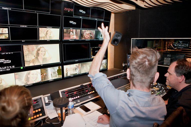 De crew in de montageruimte van Sorry voor alles. Alle beelden worden gemaakt met minuscule cameraatjes die dan - niet altijd even subtiel - verstopt worden. Beeld Tom Verbruggen