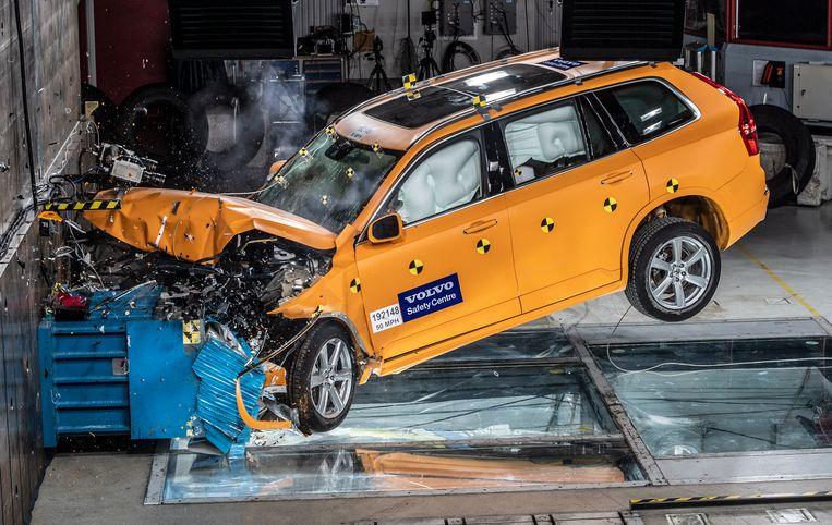 Een crashtest met een Volvo XC 90 in het Cars Safety Center in Gothenburg, Zweden.  Beeld EPA
