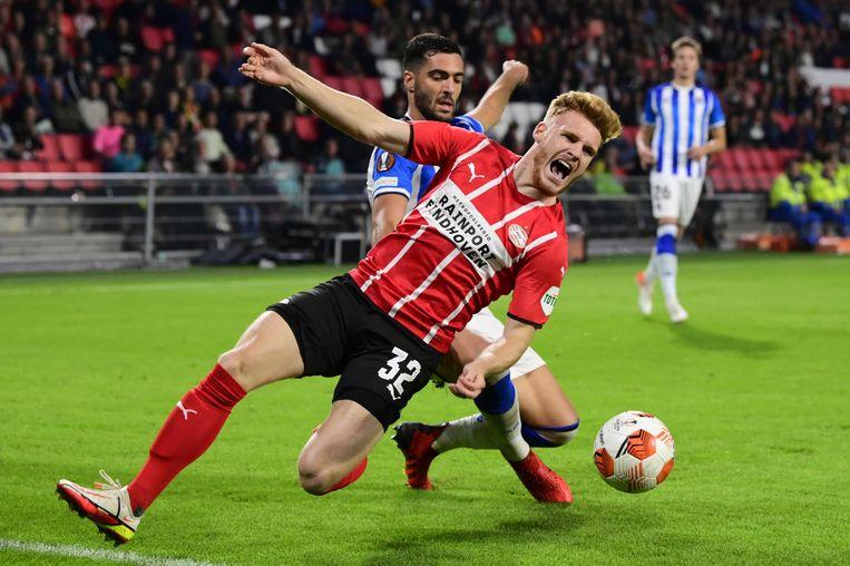 Mikel Merino namens Real Socieda in duel met Yorbe Vertessen tijdens de Uefa Europa League wedstrijd donderdagavond.  Beeld ANP