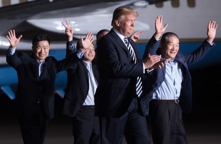 10 mei: Amerikaans president Trump met de drie Amerikaanse gevangenen.