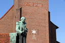De kerk van de Heilige Familie in Venlo, in de wijk waar PVV-lijsttrekker Geert Wilders opgroeide, met daarvoor een beeld van de militair Henri Belletable.