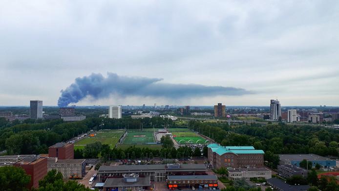 De rookwolken zijn van ver te zien.
