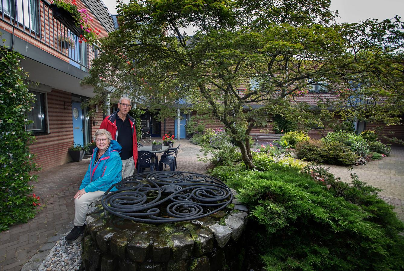 Bep en Wim van Stipdonk bij de replica van de put uit de vroege middeleeuwen.